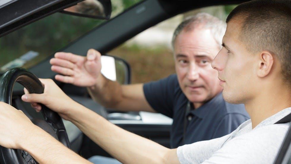Jeune conducteur realisant sa formation en conduite accompagnee