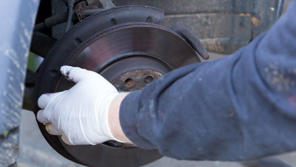 Garagiste changeant le disque de frein d'un vehicule