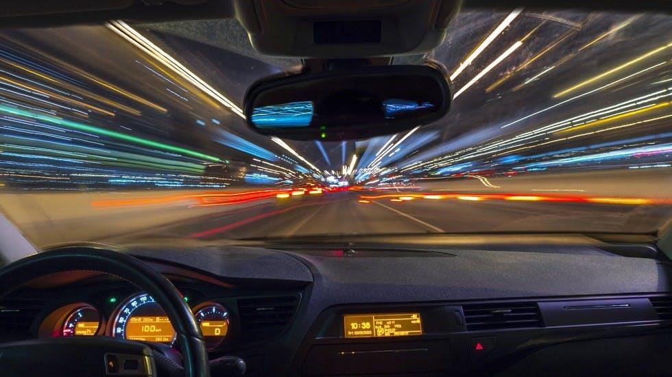 Automobile accelerant de nuit