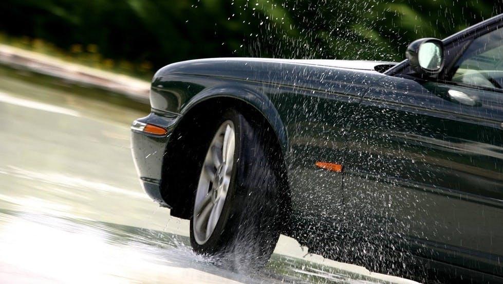 Automobile subissant une perte d'adhesion en roulant sous la pluie