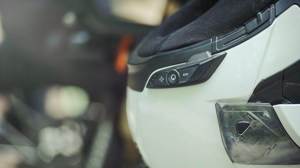 Dispositif de communication integre a un casque de moto