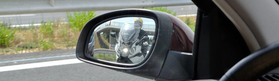 Les motos et l'angle mort dans le rétroviseur