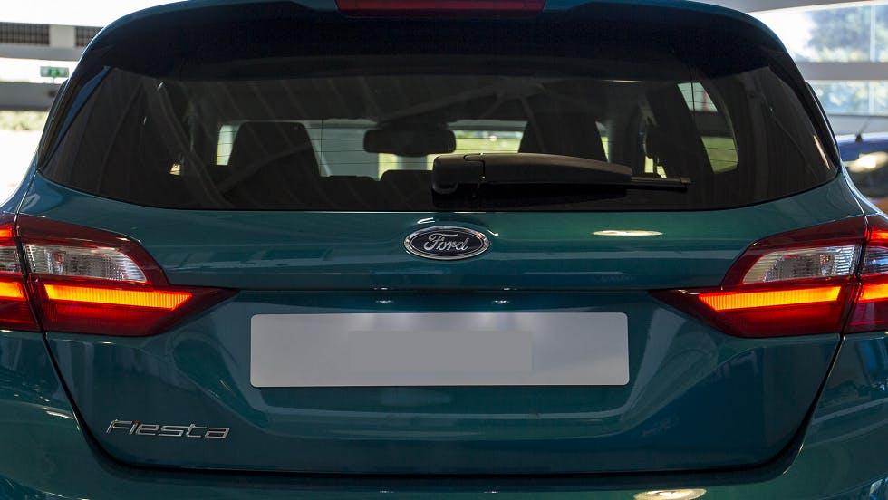Eclairage de la plaque arriere d'un vehicule Ford