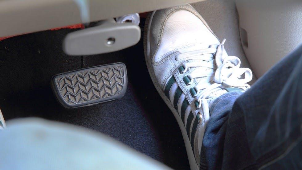 Usager posant son pied sur sa pedale d'acceleration