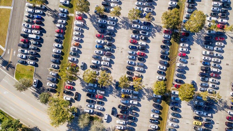 Automobiles stationnées en bataille dans un parking
