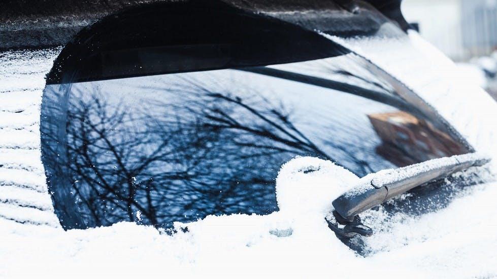 Vitre arriere d'une automobile spus la neige