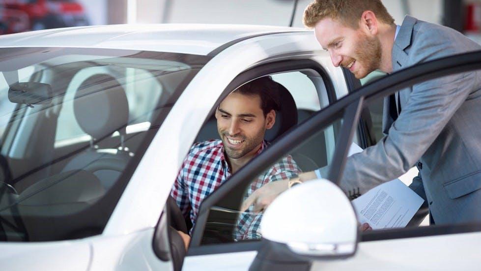 Conducteur decouvrant une automobile chez un mandataire
