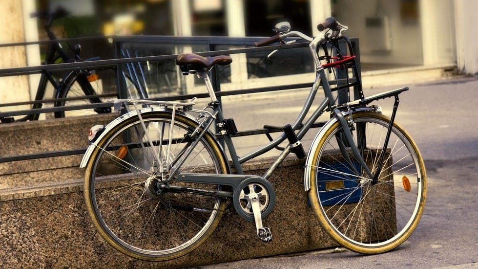 Vélo stationné en centre-ville urbanisé