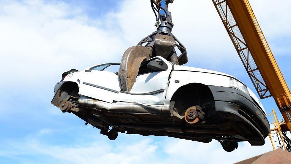 Automobile detruite par un engin specialise