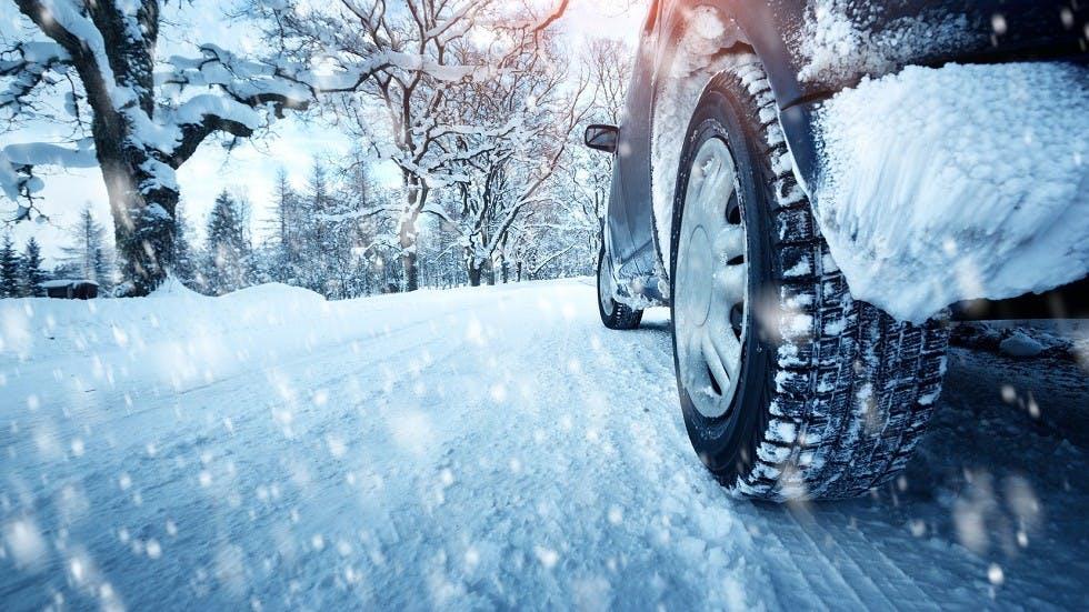 Voiture equipee de pneus hiver circulant en foret