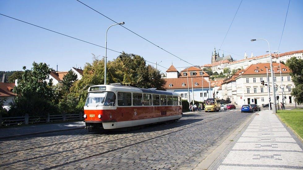 Tramway rouge circulant en agglomeration