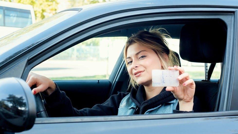 Conductrice ayant decroche son examen du permis de conduire