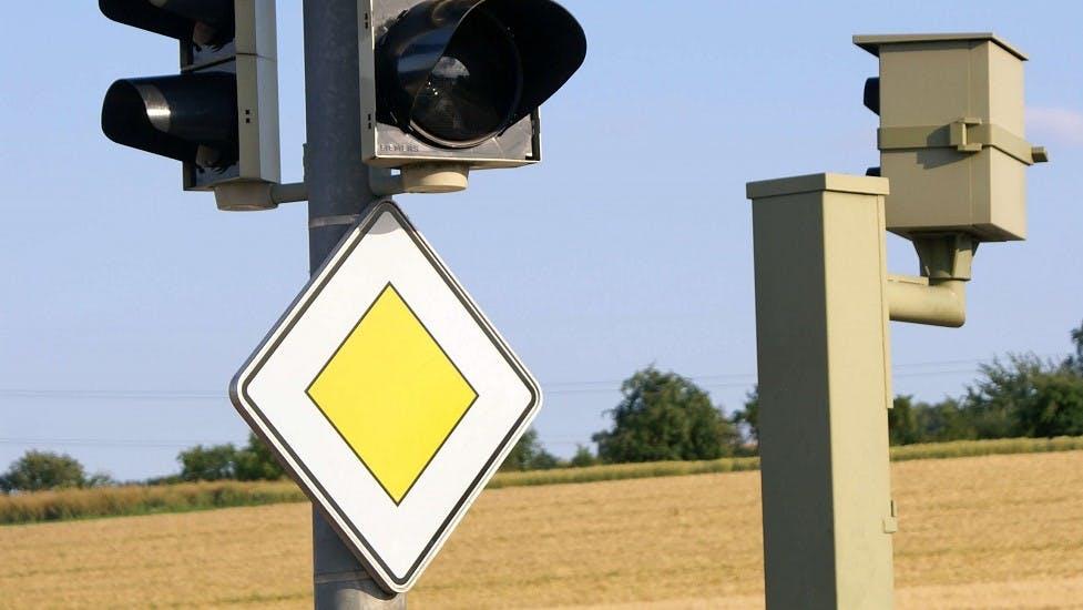 Panneau de route prioritaire associé à un feu tricolore