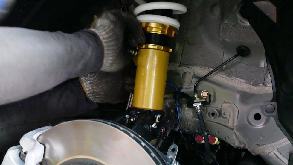 Installation d'une suspension pilotee sur un vehicule motorise