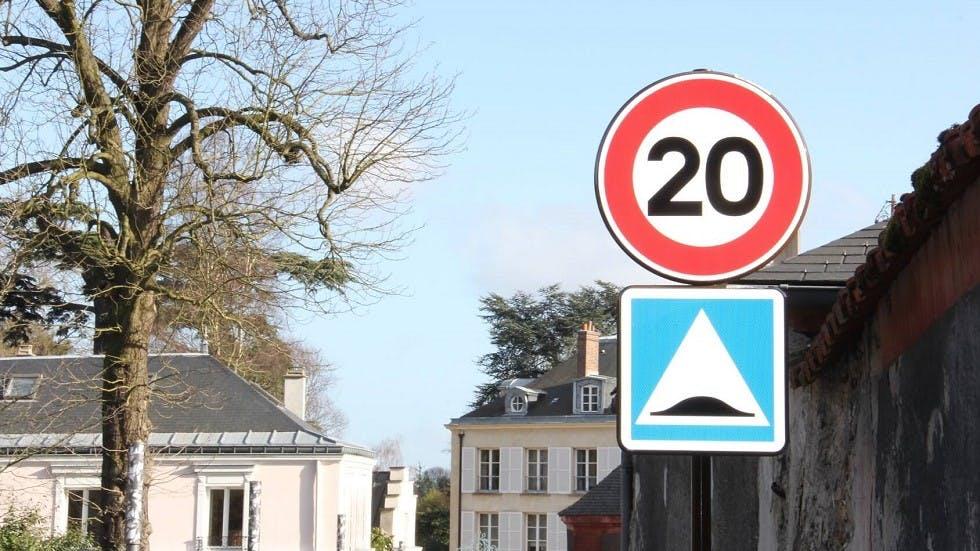 Panneau de limitation de vitesse a 20 km/h