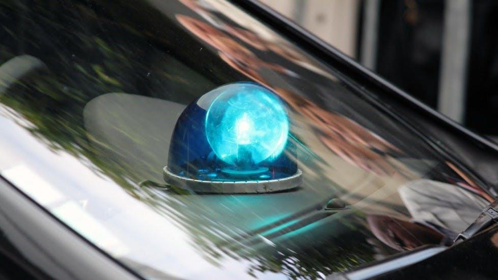 Gyrophare bleu dans l'habitacle d'une automobile
