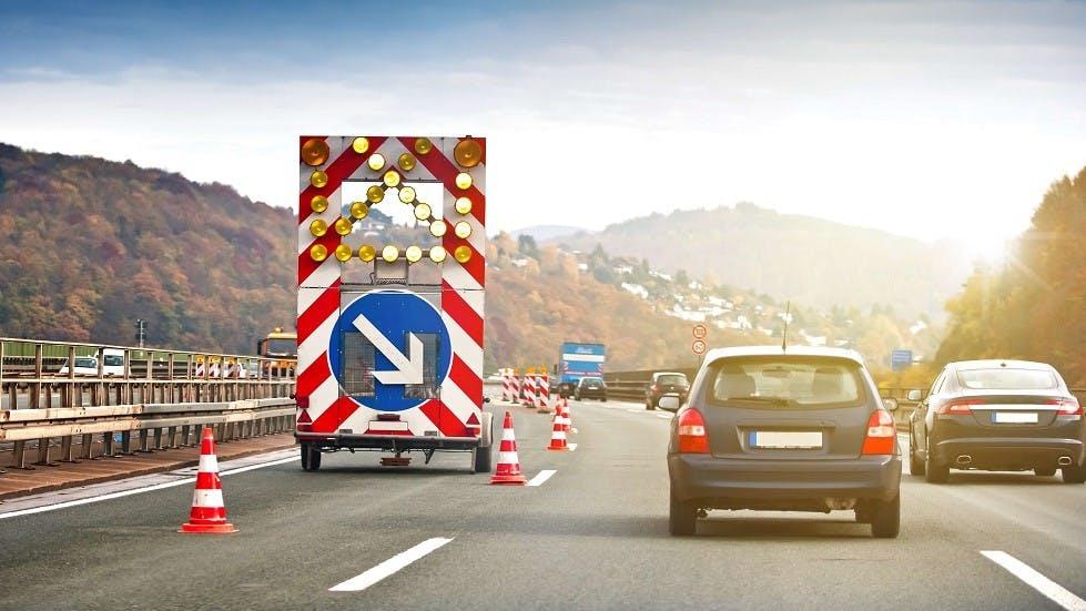 Fleche de rabattement des chantiers installée sur autoroute