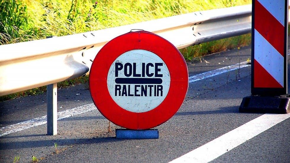 Panneau d'arret obligatoire de police