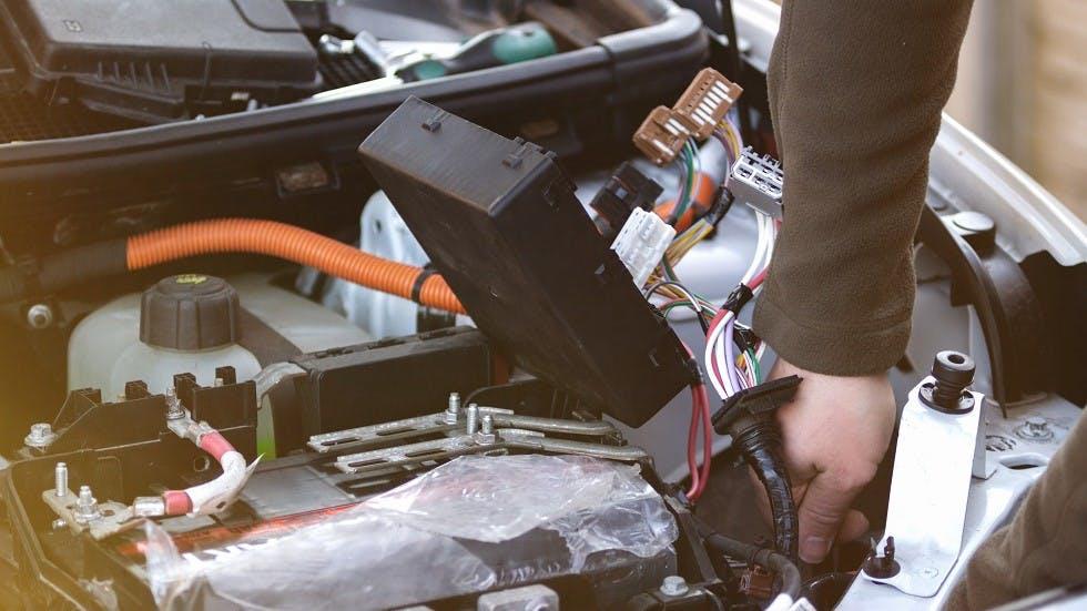 Boitier de servitude intelligent dans un bloc moteur