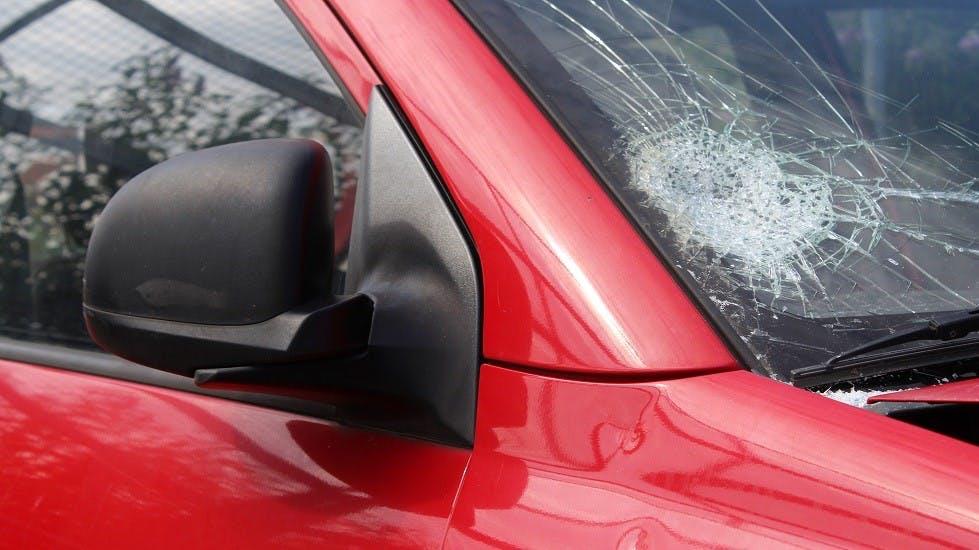 Bris de glace sur une voiture rouge