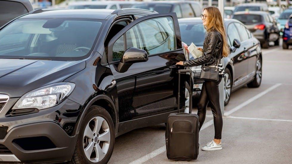 Automobiliste rentrant dans son vehicule de location