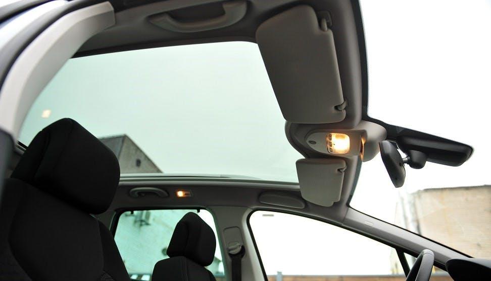Toit panoramique d'une voiture vu de cote