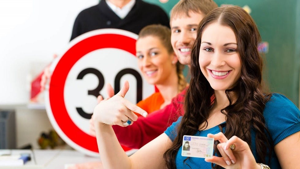 Canidate presentant son permis de conduire