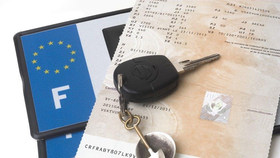Certificat d'immatriculation, cle et plaques d'immatriculation d'une automobile
