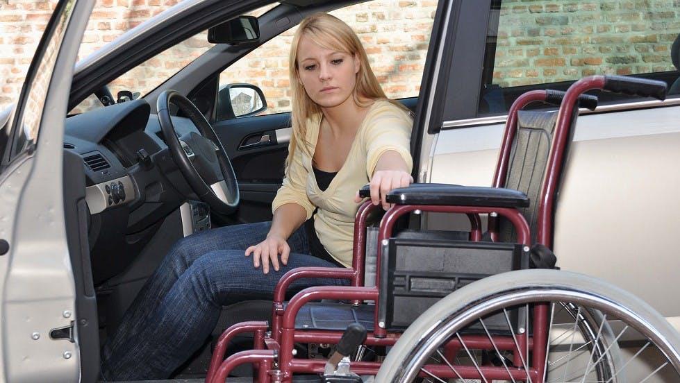 Conductrice handicapee au volant de son automobile