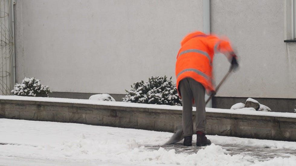 Ouvrier deneigeant un trottoir