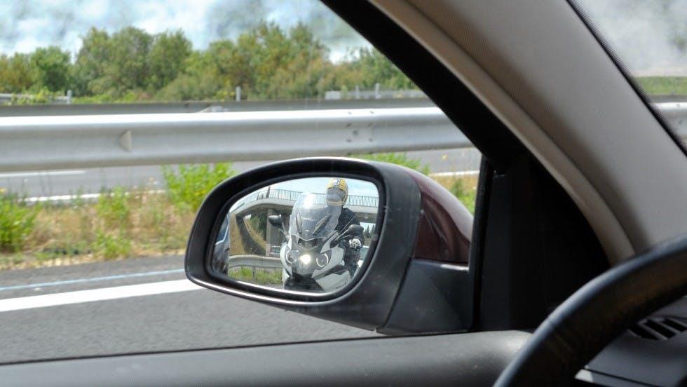 Deux roues motorise visible dans le retroviseur d'une automobile