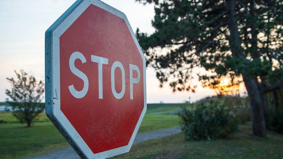 Panneau de stop en dehors d'une agglomeration