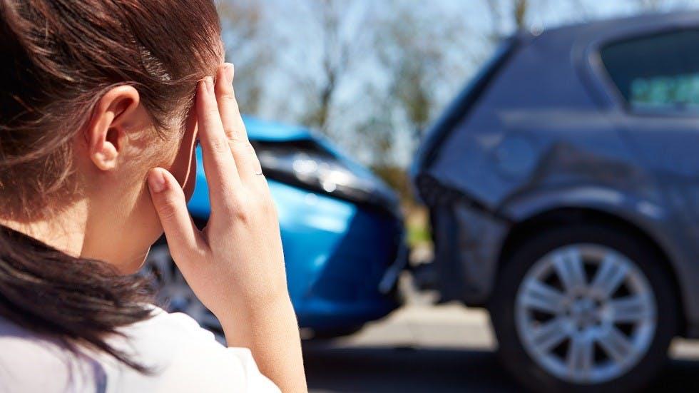 Jeune conductrice dont la voiture a subi une collision