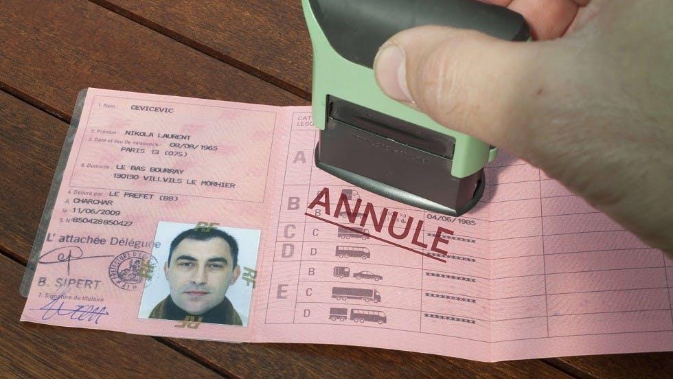 "Tampon ""annule"" sur un permis de conduire"