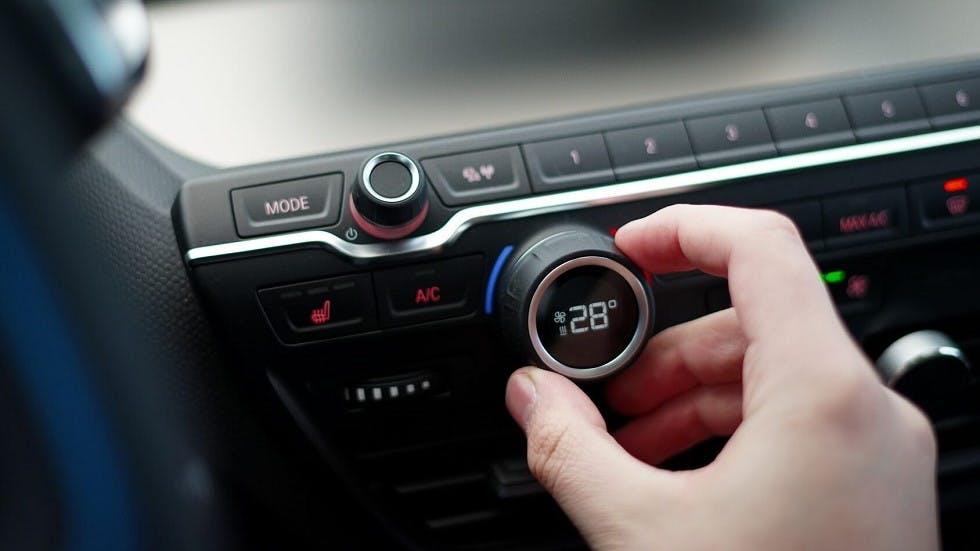 Boutons de climatisation et de chauffage sur le tableau de bord des véhicules