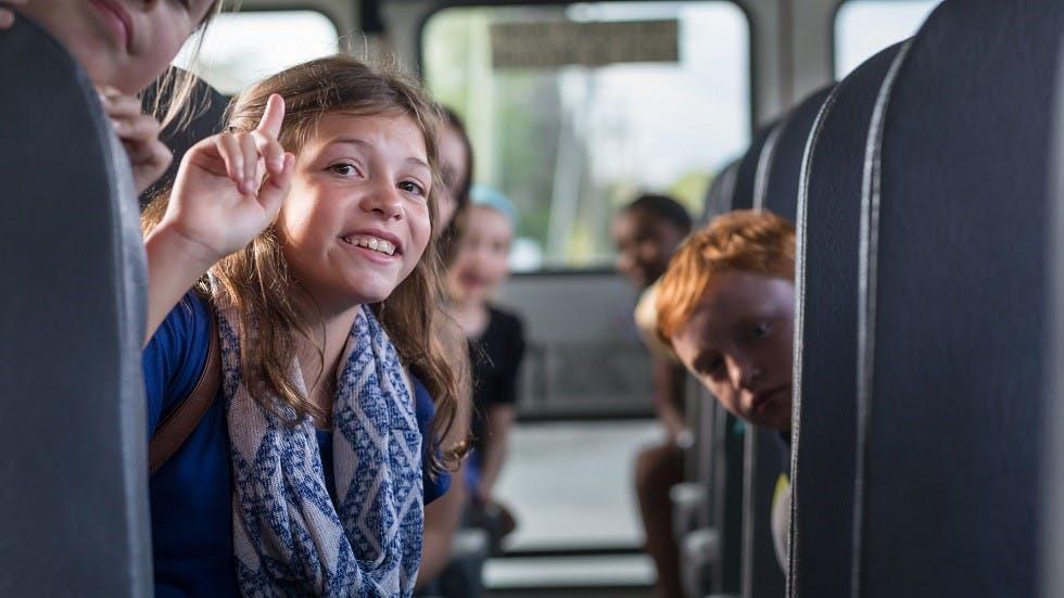 Enfants prenant un bus de ramassage scolaire