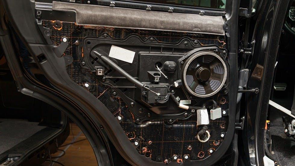 Isolation et dispositifs audio integres dans la portiere d'une automobile