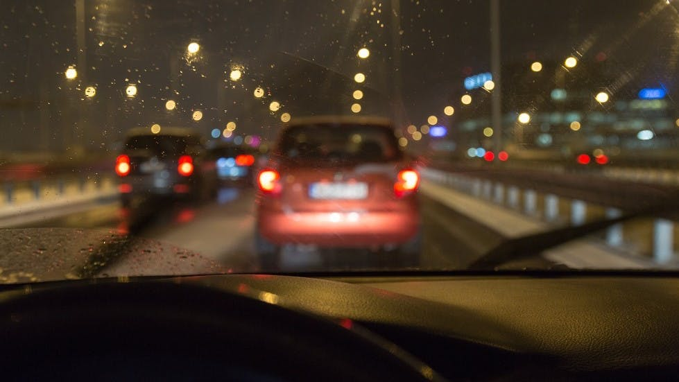 Conduite d'une automobile de nuit sur une voie ra^pide