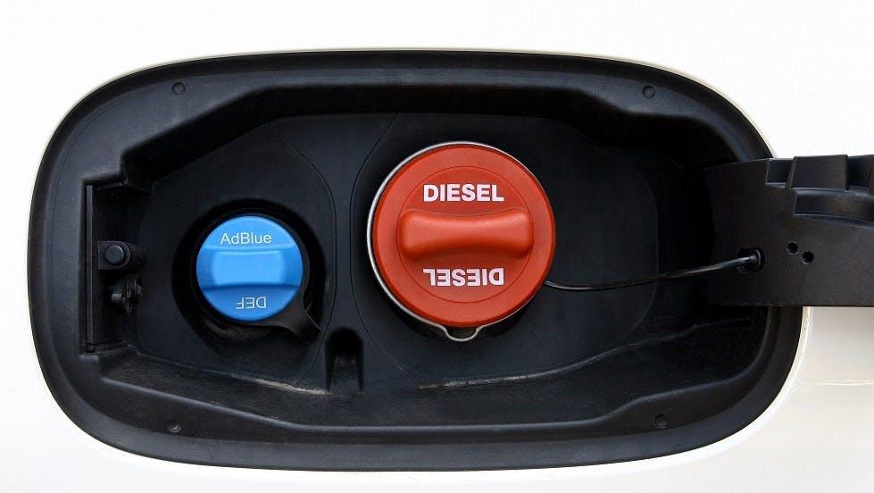 Trappe a carburant comprenant un bouchon d'AdBlue et de diesel