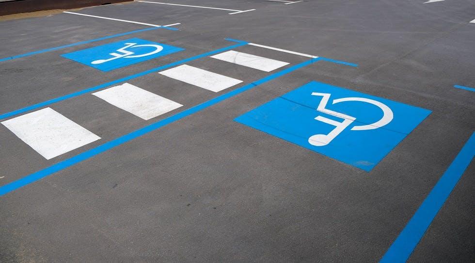 Place de stationnement bleue pour usagers a mobilite reduite
