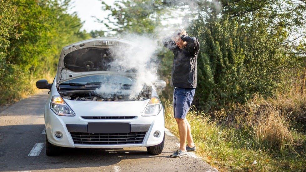 Moteur d'une automobile rejetant beaucoup de fumees suite a une panne