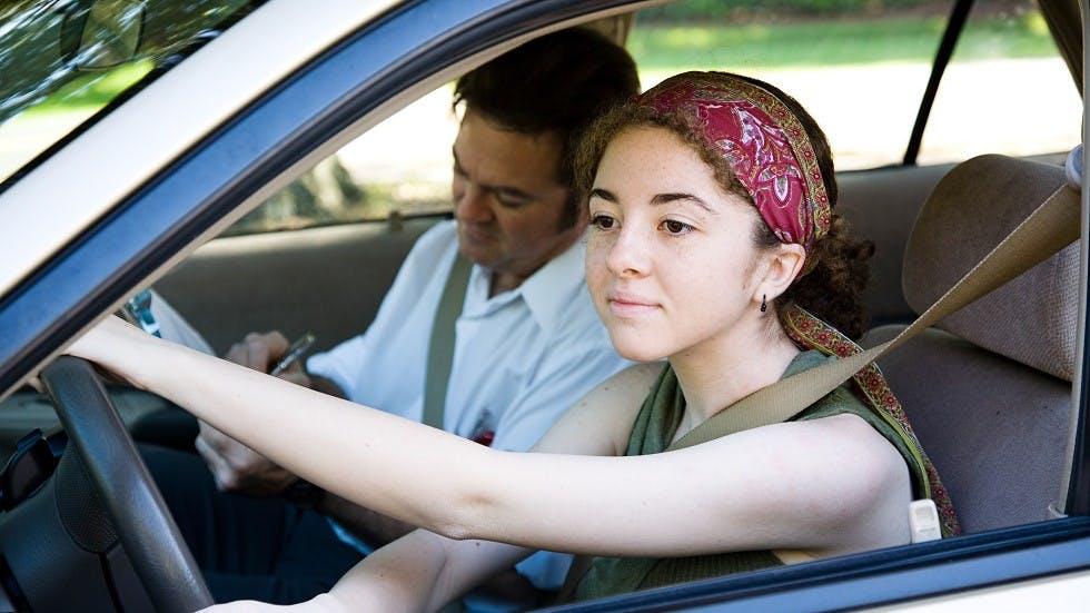 Candidate passant son examen du permis de conduire en auto-ecole