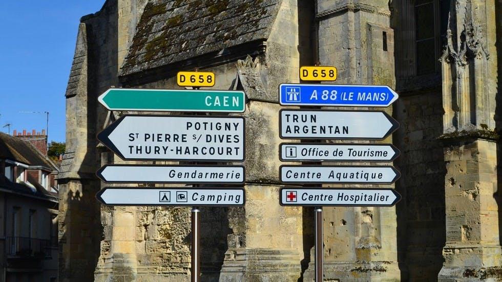 Nombreux panneaux de direction en agglomeration