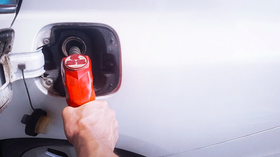 Usager faisant le plein de E85 a la pompe