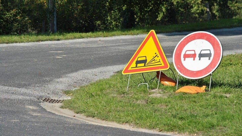 Panneau de danger temporaire de présence de gravillons sur les routes