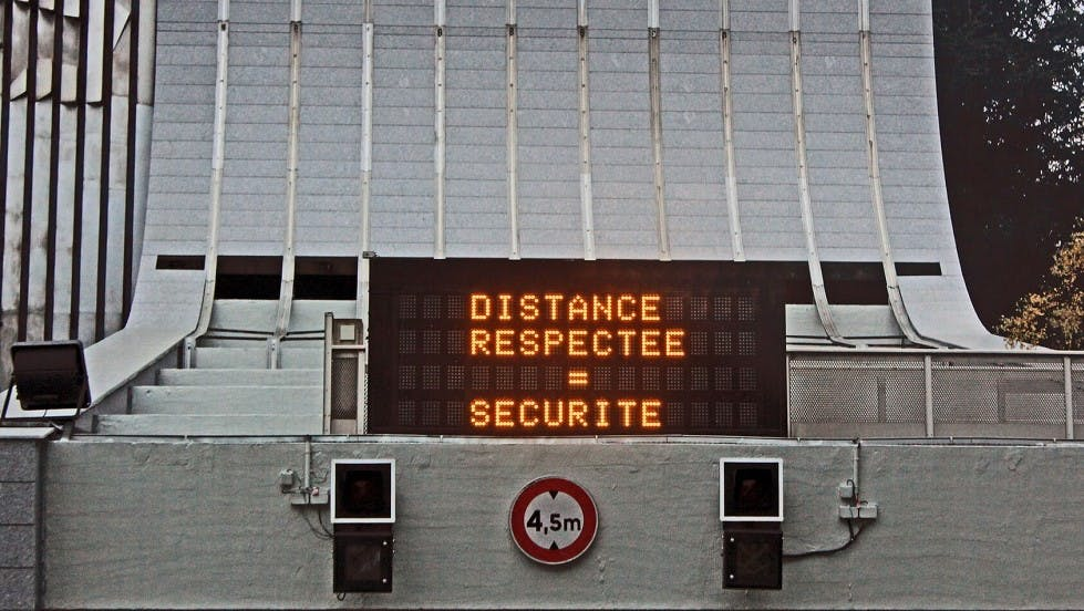 Panneau de signalisation a message variable distance securite