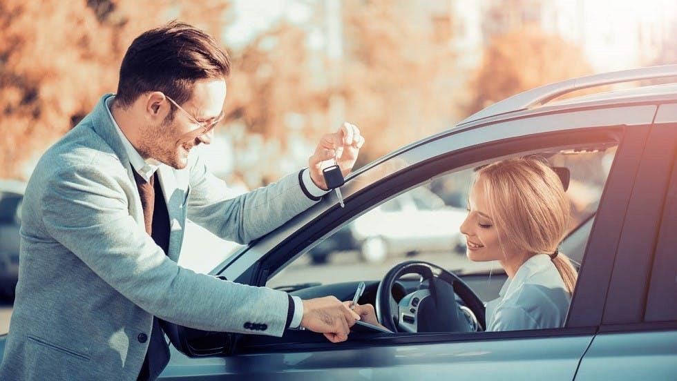 Mandataire faisant signer un document a une conductrice