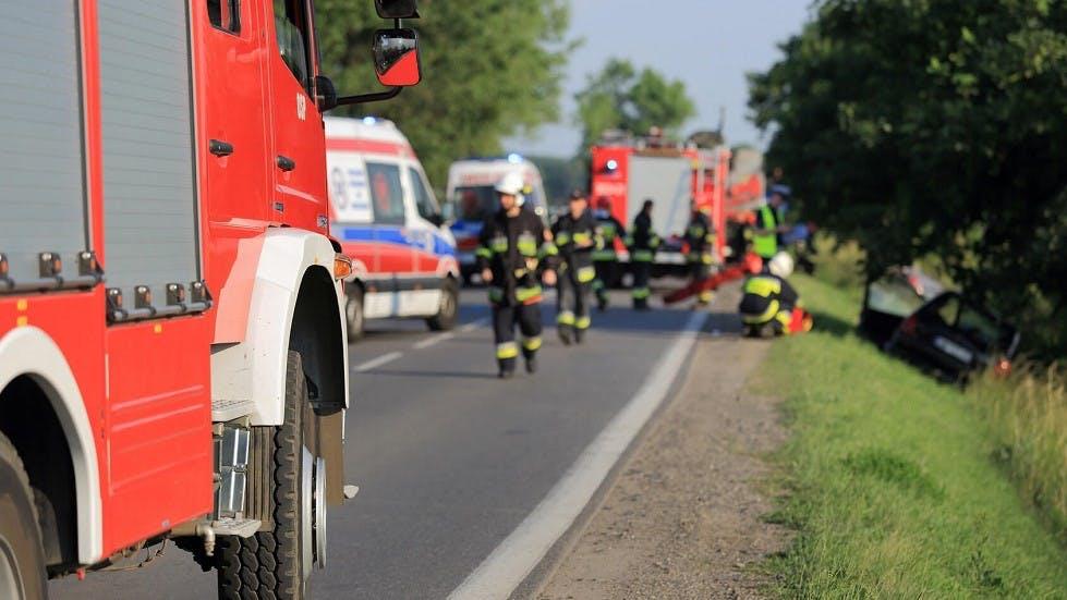 Pompiers intervenant suite à une sortie de route