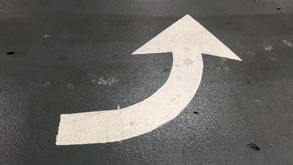 Fleche du marquage au sol pointant du cote gauche