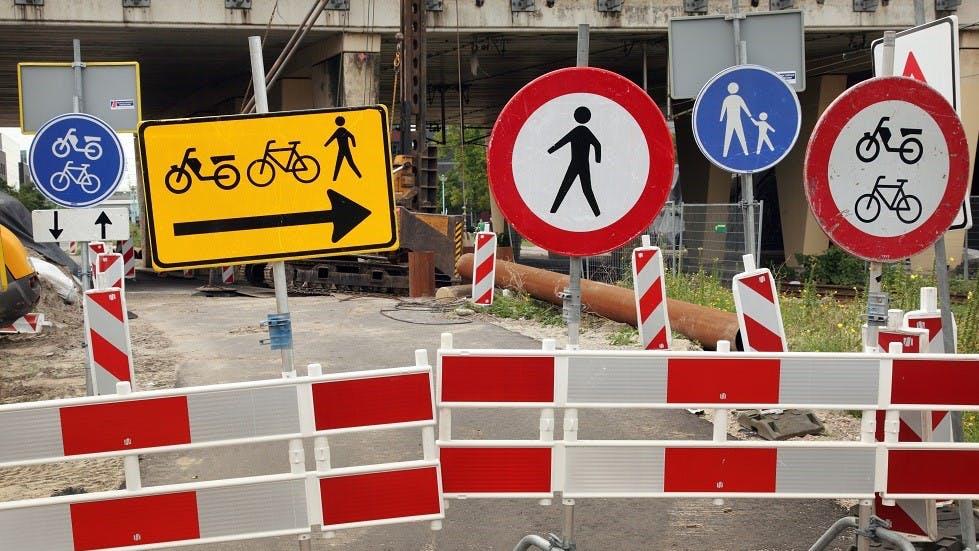 Panneaux de signalisation contradictoires devant une zone de travaux